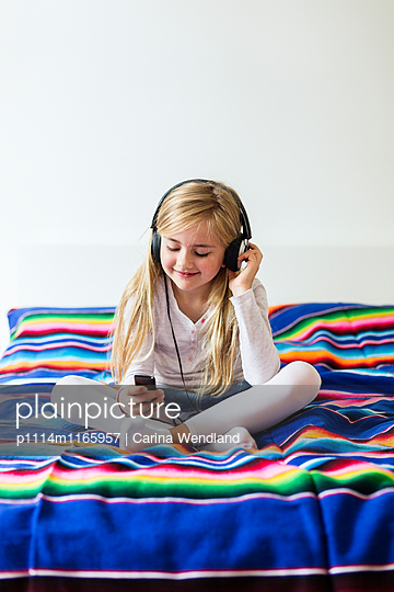 Mädchen hört Musik - p1114m1165957 von Carina Wendland