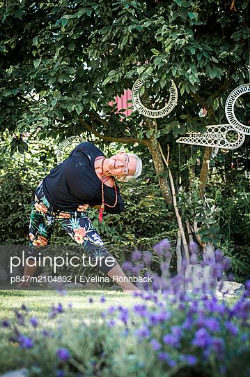 Portrait Of A  Elderly Woman Practising Yoga   - p847m2104892 by Evelina Rönnbäck