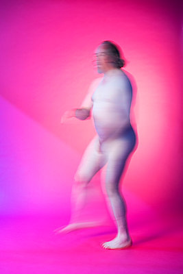Naked man dancing on a pink background - p590m2015838 by Philippe Dureuil