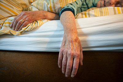 Alter Mann liegt im Bett - p896m836052 von Sabine Joosten