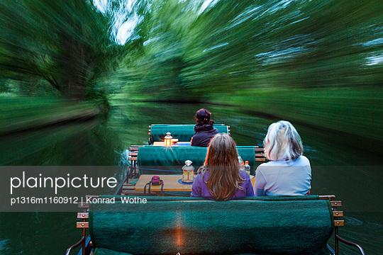 Fließ im Spreewald mit Touristenkahn, abendliche Bootstour, UNESCO Biosphärenreservat, Lübbenau, Brandenburg, Deutschland - p1316m1160912 von Konrad Wothe