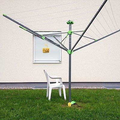 Wäschespinne und Plastikstuhl im Garten - p1401m2260705 von Jens Goldbeck