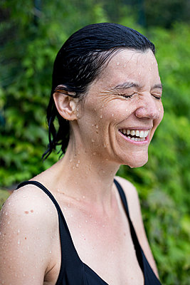 Woman laughing - p940m1064426 by Bénédite Topuz