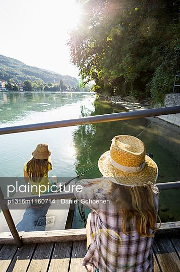 Zwei junge Frauen am Rheinufer, Rheinfelden, Baden-Württemberg, Deutschland - p1316m1160714 von Daniel Schoenen