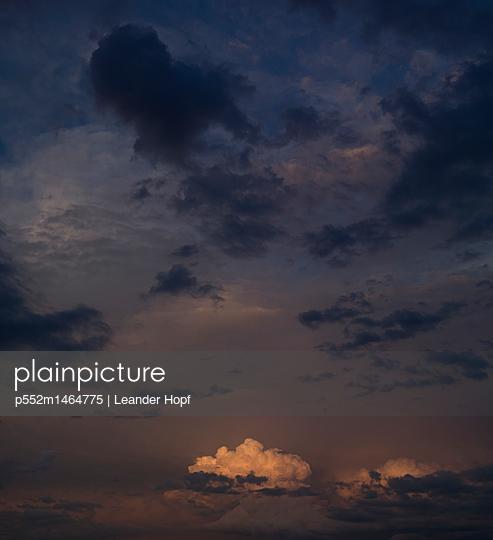 Gewitterhimmel - p552m1464775 von Leander Hopf