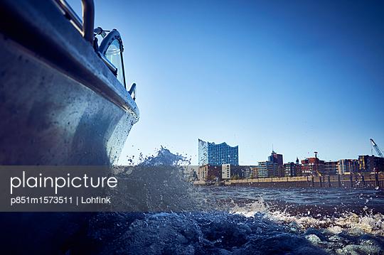 Stadtansicht Hamburg von der Wasserseite - p851m1573511 von Lohfink