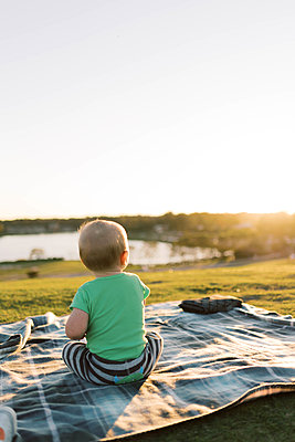 Baby boy at the park during sunset. - p1166m2163057 by Cavan Images