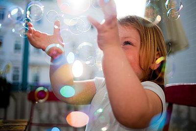 Kind mit Seifenblasen - p1386m1441781 von beesch