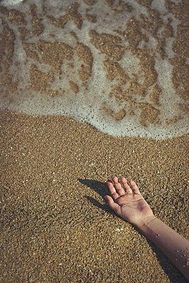 Arme im Sand - p1432m2134554 von Svetlana Bekyarova