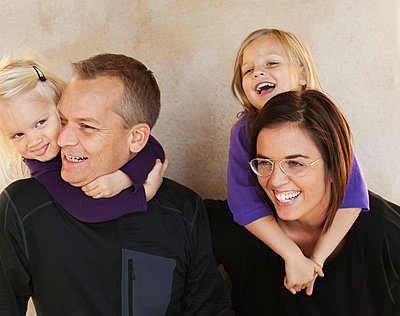 Portrait of parents with two small daughters - p312m695846 by Juliana Wiklund