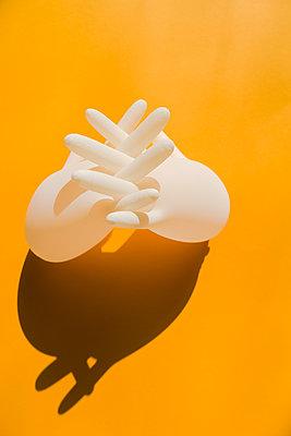 Aufgeblasene Latexhandschuhe  - p432m2168894 von mia takahara
