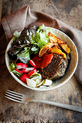 Vegetarian Bowl with salad, mushroom lentil fritters, country potatoes and salsa - p300m1567943 by Eva Gruendemann