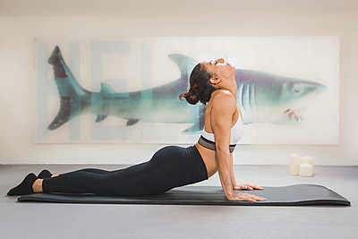 Woman practicing yoga on mat - p300m2079122 by Anke Scheibe
