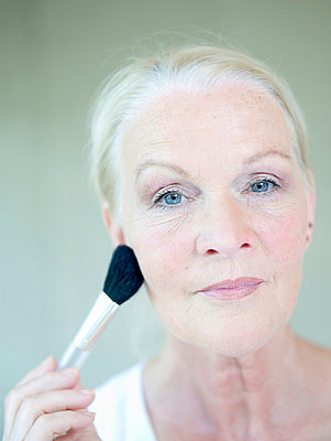 Aeltere Frau pudert sich ein  - p6430362f von senior images RF