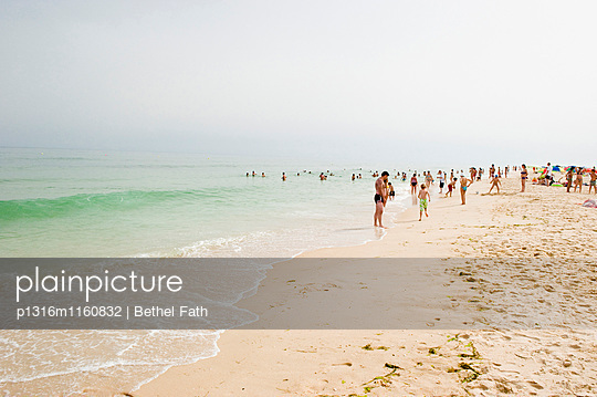 Strand, Algarve, Portugal - p1316m1160832 von Bethel Fath