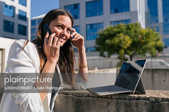 Middle age woman business, Seville, Spain - p300m2286207 von Julio Rodriguez