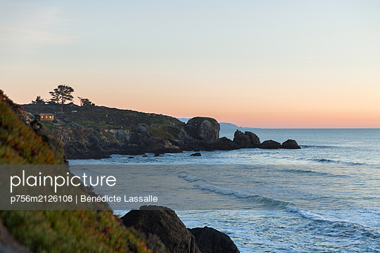 Steep coast at sunset - p756m2126108 by Bénédicte Lassalle