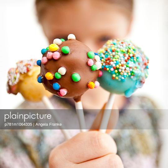 Kind mit Cake-Pops - p781m1064335 von Angela Franke