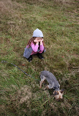 Little girl with her dog - p045m952422 by Jasmin Sander