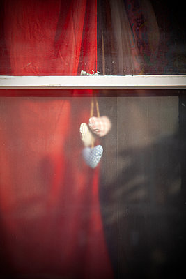 Deco hearts against frosted window  - p1248m2008566 by miguel sobreira