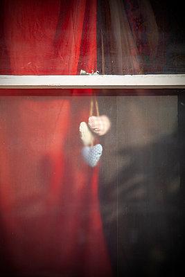 Herzen als Deko am Mattglas Fenster - p1248m2008566 von miguel sobreira