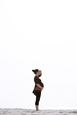 Pregnant woman on the beach - p1396m2126765 by Hartmann + Beese