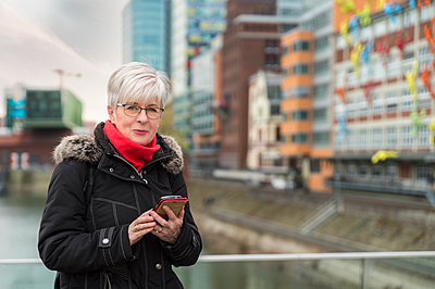 Germany, Duesseldorf, portrait of senior woman with cell phone - p300m1417155 by Frank Röder