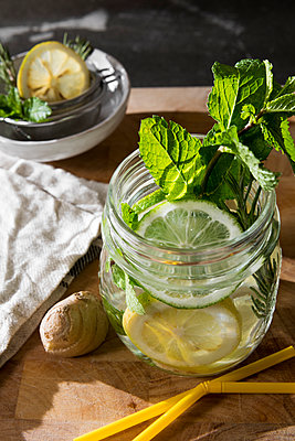 Glass of detox water with mint, ginger, rosmary and limes - p300m2041777 by Carmen Steiner
