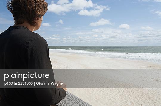 Junger Mann am Meer - p1694m2291663 von Oksana Wagner
