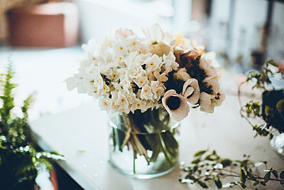 Flower vase on table at flower shop - p1166m1474266 by Cavan Images