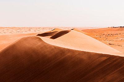 Sultanate Of Oman, Wahiba Sands, dunes in the desert - p300m2104064 by Valentin Weinhäupl
