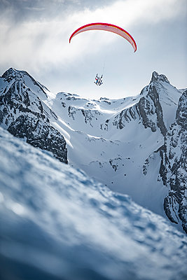 France, Paragliding in winter - p1007m2216459 by Tilby Vattard