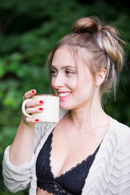 Young woman drinking coffee - p1149m1584946 by Yvonne Röder