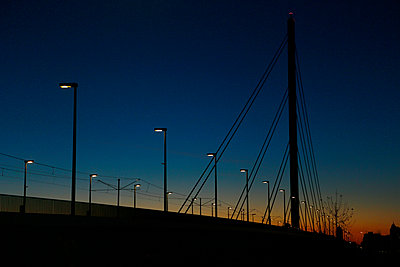 Brücke in der Dämmerung - p1221m1195003 von Frank Lothar Lange