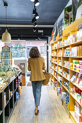 Young woman shopping in a food shop - p300m2118558 by VITTA GALLERY
