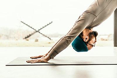 Yoga teacher Dirk Steins aka Keshava Prana working out. - p300m2276061 von Malte Jäger