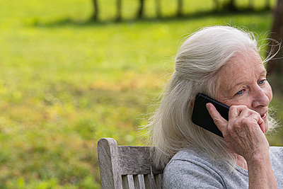 Senior woman talking on smart phone - p623m2165206 by Frederic Cirou