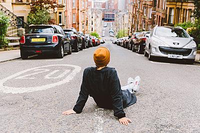 Frau sitzt auf der Straße - p432m2090032 von mia takahara