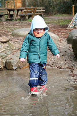 Toddler walking through water - p7310011 by Volker Ramspott