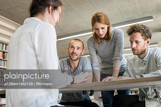 Lerngruppe in der Bibliothek - p1284m1452139 von Ritzmann
