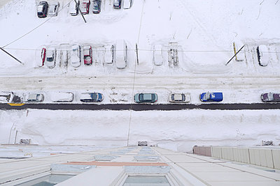 Parking in winter - p1079m890348 by Ulrich Mertens