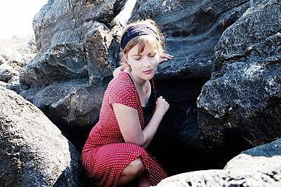 Frau zwischen Felsen - p1229m2092760 von noa-mar