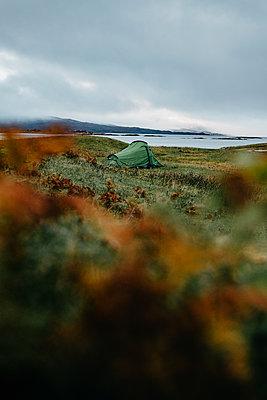 Camping an einer verlassenen Küste - p1455m2204399 von Ingmar Wein