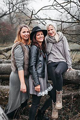 Group picture of three friends in autumnal nature - p300m2069930 von Epiximages