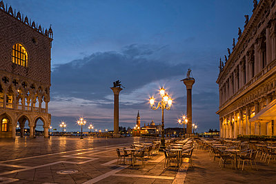 Italy, Venice, St Mark's Square at night - p300m982131f by Fotofeeling