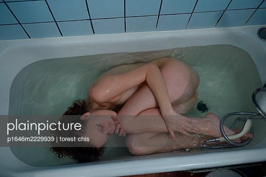 Nackte Frau in der Badewanne - p1646m2229939 von Slava Chistyakov