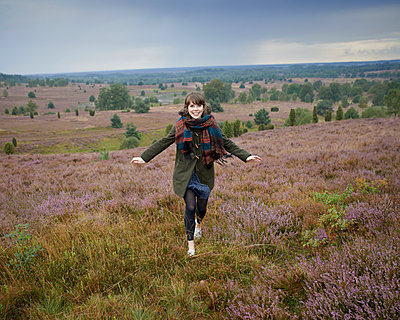 Woman jumping in heath - p1124m931781 by Willing-Holtz