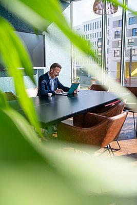 Germany, Rostock, Office, Team, Coworking - p300m2287370 von Florian Küttler
