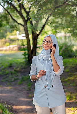 Smiling woman talking via cell phone - p312m2217069 by Pernille Tofte