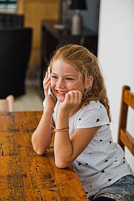 Kleines Mädchen mit Handy - p904m1481084 von Stefanie Päffgen